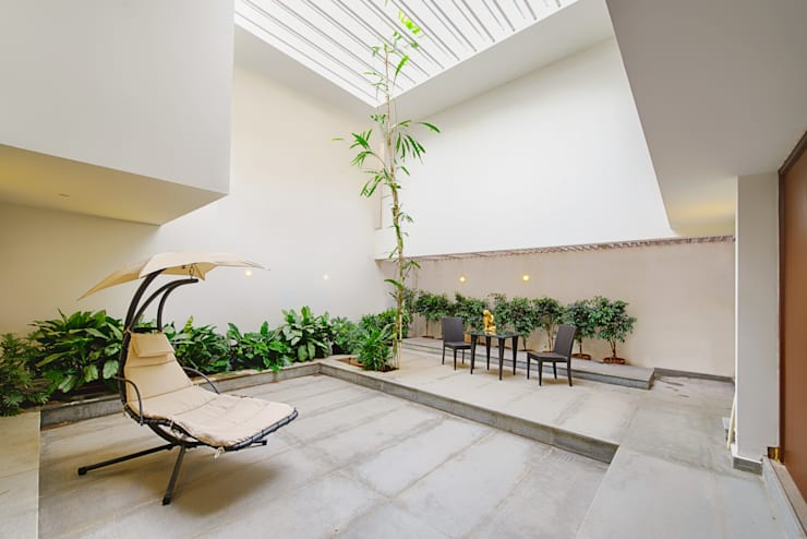 Mobius Home:  Interior landscaping by Architecture Continuous