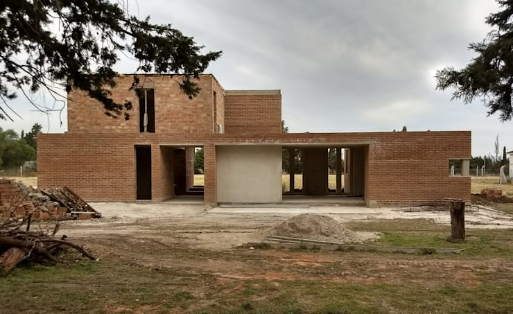 Fachada Norte - en obra: Casas unifamiliares de estilo  por 1.61 Arquitectos
