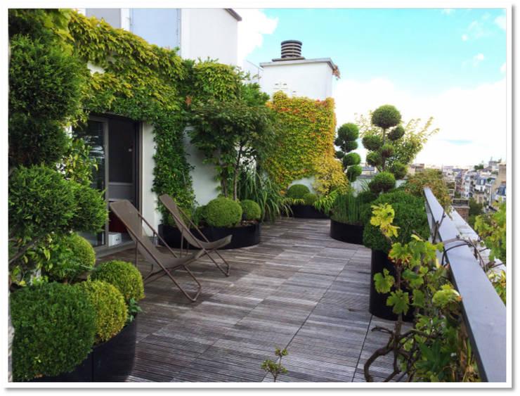 Cobertura duplex em Paris - Terrasse parisienne  - Parisian Rooftop : Terraços  por Place des Fleurs