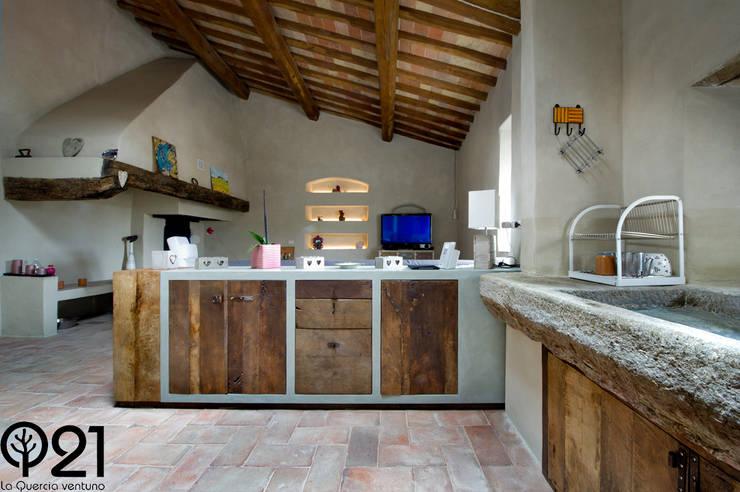 Una cucina nel Chianti: finta muratura e resina grigia e ...