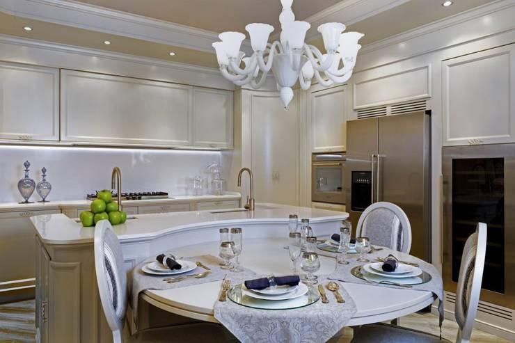 Mobili Contemporanei Cucina : Cucina in stile contemporaneo con pavimenti in legno e bianco