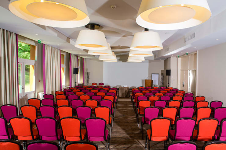 Multimedia room by Lustrarte Lighting