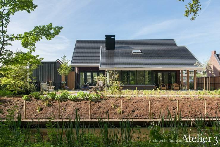 Moderne villa in Woudenberg:  Villa door Architectenbureau Atelier3, Modern Steen