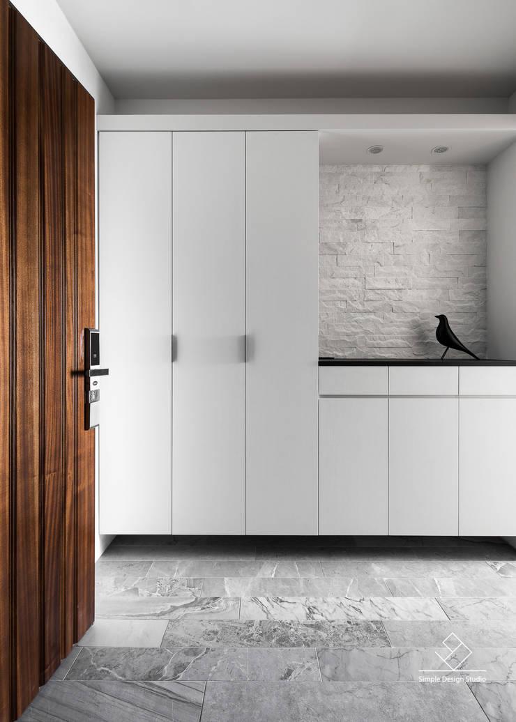 玄關:  走廊 & 玄關 by 極簡室內設計 Simple Design Studio