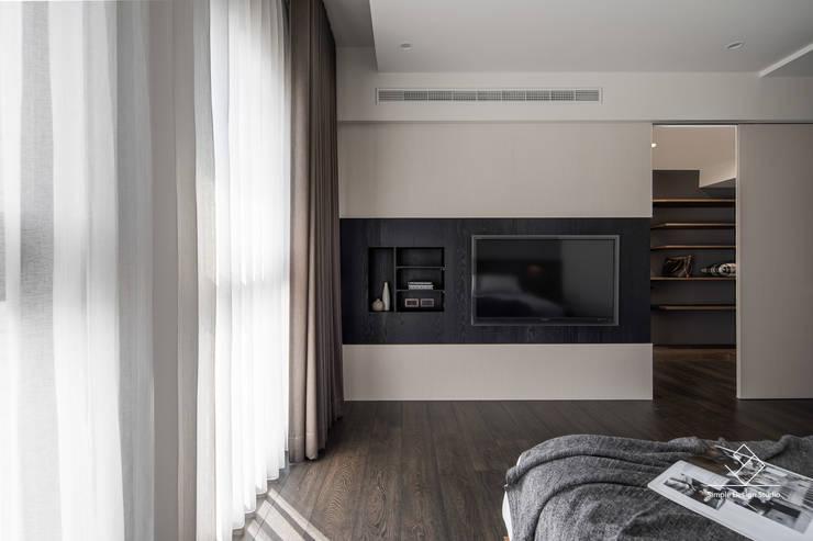 主臥電視牆:  浴室 by 極簡室內設計 Simple Design Studio