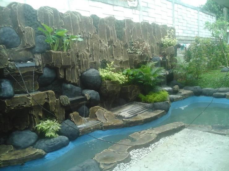 Laghetto da giardino in stile  di Jasa Taman Landscape