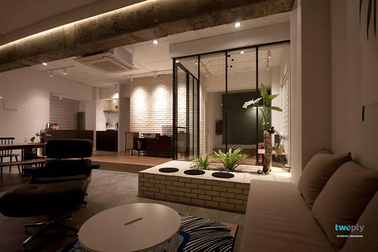 라이프스타일을 반영한 인테리어 - 전주인테리어 상가주택 인테리어 30평 인테리어 - 위크앤드 -: 디자인투플라이의  거실