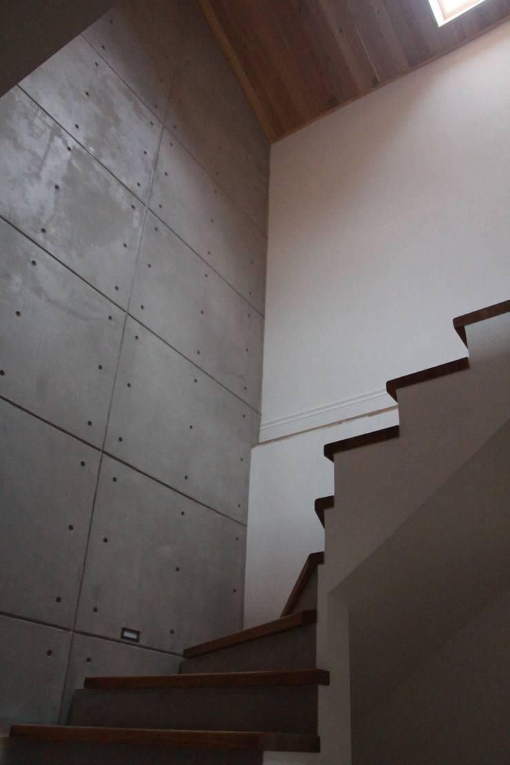 3 Storey town house :  Corridor & hallway by Papersky Studio