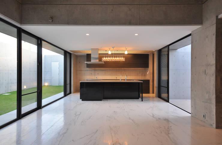 SNGK-HOUSE: 門一級建築士事務所が手掛けたリビングです。