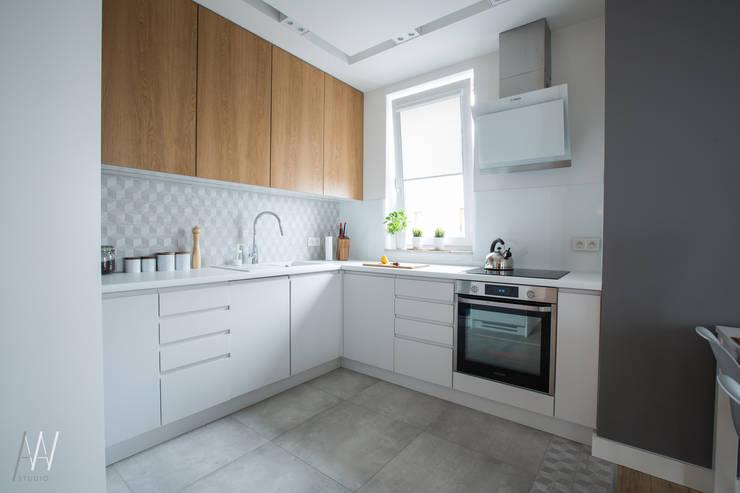 MIESZKANIE TRZYPOKOJOWE INSPIROWANE STYLEM SKANDYNAWSKIM: styl , w kategorii Kuchnia zaprojektowany przez AAW studio,Skandynawski