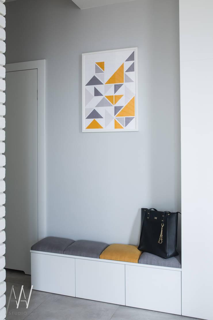 MIESZKANIE TRZYPOKOJOWE INSPIROWANE STYLEM SKANDYNAWSKIM: styl , w kategorii Korytarz, przedpokój zaprojektowany przez AAW studio,Skandynawski