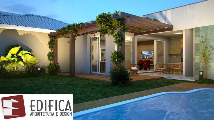 Pergolado de Mareira e Piscina.: Jardins de fachadas de casas  por Edifica Arquitetura e Design