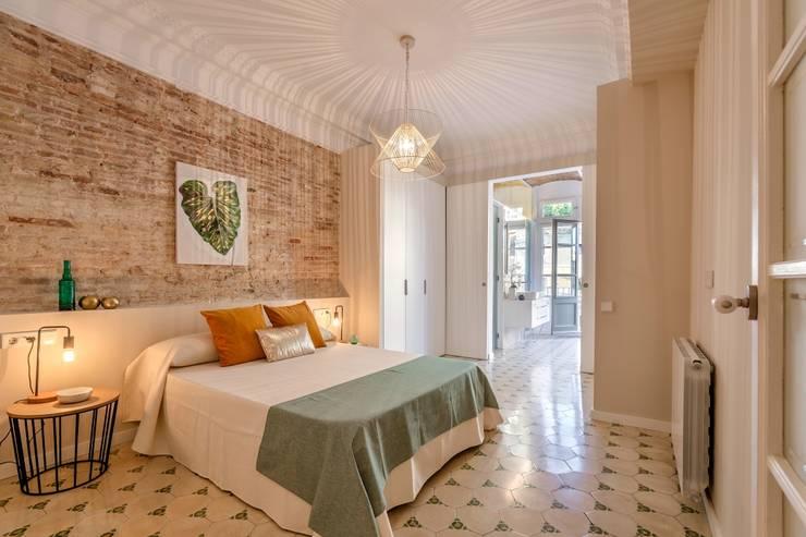 Dormitorio ensuite: Dormitorios de estilo  de Markham Stagers