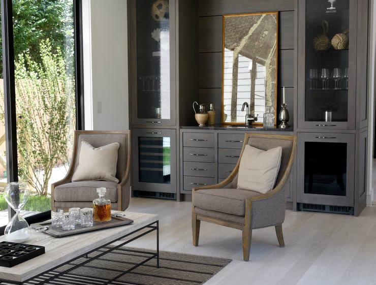 The Modern Barn Living Room:  Living room by Plum Builders