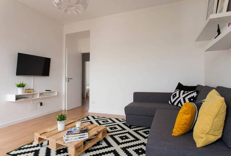 Remodelação de T2 para Airbnb: Salas de estar  por MP Architecture & Interior Design