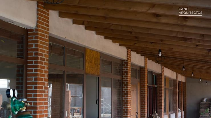 Circulación Interior de Zona Administrativa: Casas de estilo rústico por CANO ARQUITECTOS
