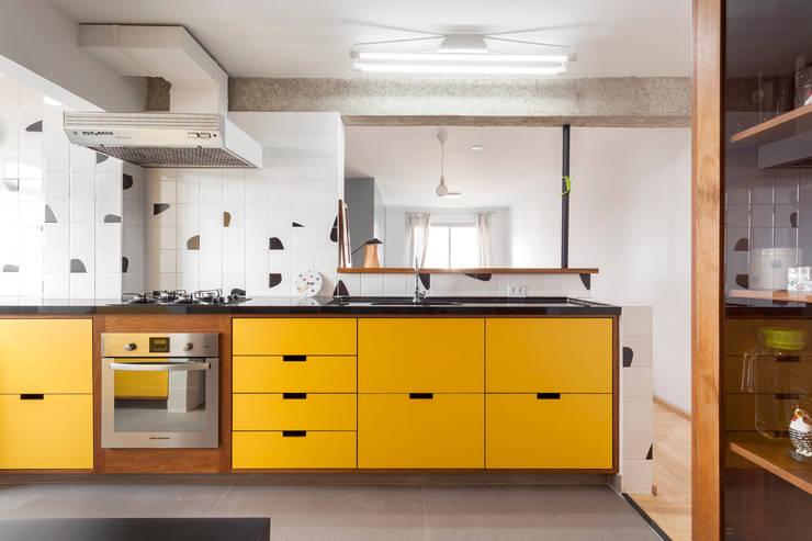 detalhe móvel - Reforma de apartamento na Vila Madalena: Armários e bancadas de cozinha  por Estudio Piloti Arquitetura