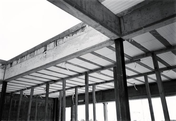 Detalle esquina patio interno en obra: Techos de estilo  por KorteSa arquitectura,