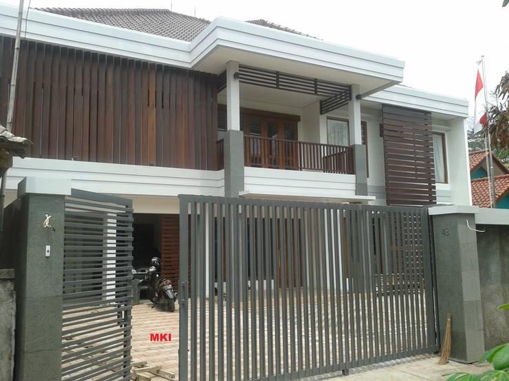 TAMPAK DEPAN SESUDAH RENOVASI (SIANG HARI):  Rumah by PT.Matabangun Kreatama Indonesia