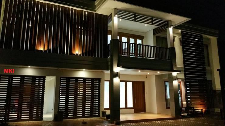 TAMPAK DEPAN SESUDAH RENOVASI (MALAM HARI):  Rumah by PT.Matabangun Kreatama Indonesia