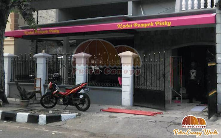 Canopy Kain Jakarta (Kedai Pempek):  Balconies, verandas & terraces  by Putra Canopy
