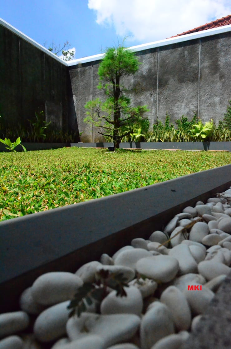 TAMAN BELAKANG:  Taman by PT.Matabangun Kreatama Indonesia
