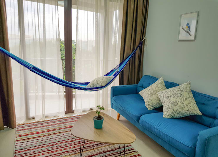 Luxury indoor hammock from ZEN hammocks in condo living room interior:  Living room by ZEN hammocks