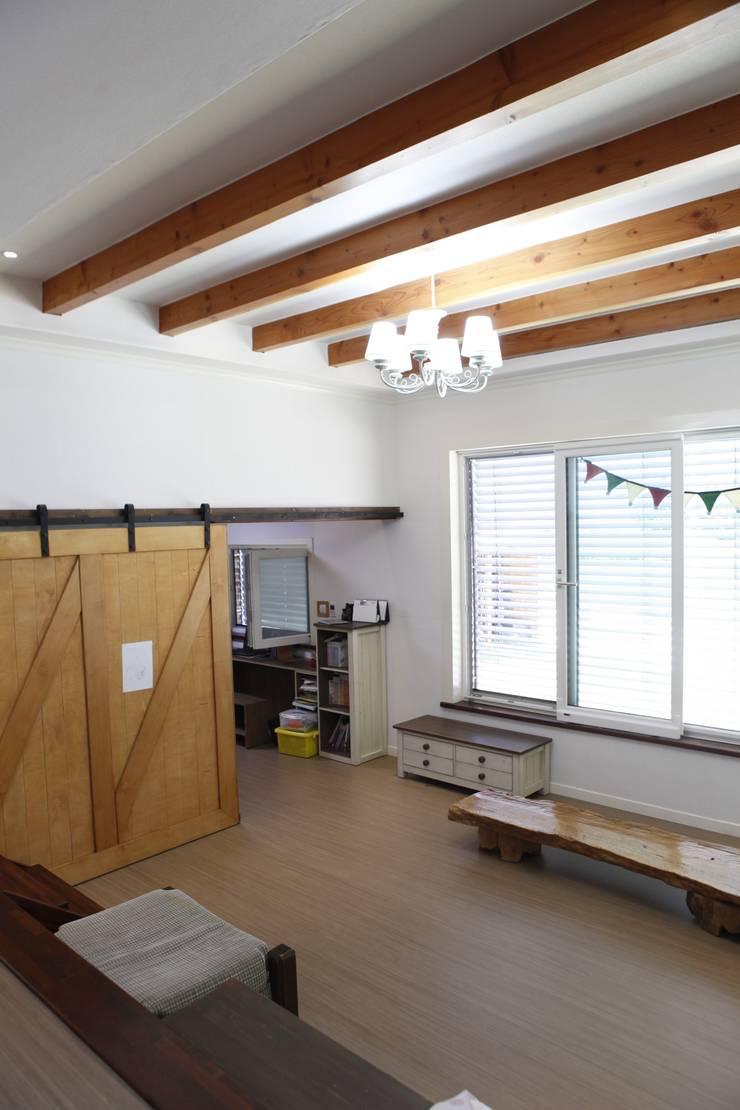 현엽동재: 건축스튜디오 사람의  거실