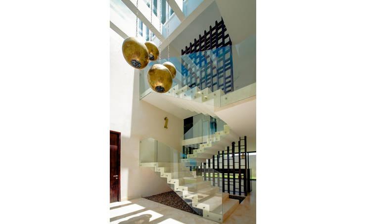 Casa MG: Pasillos y recibidores de estilo  por COUTIÑO & PONCE ARQUITECTOS