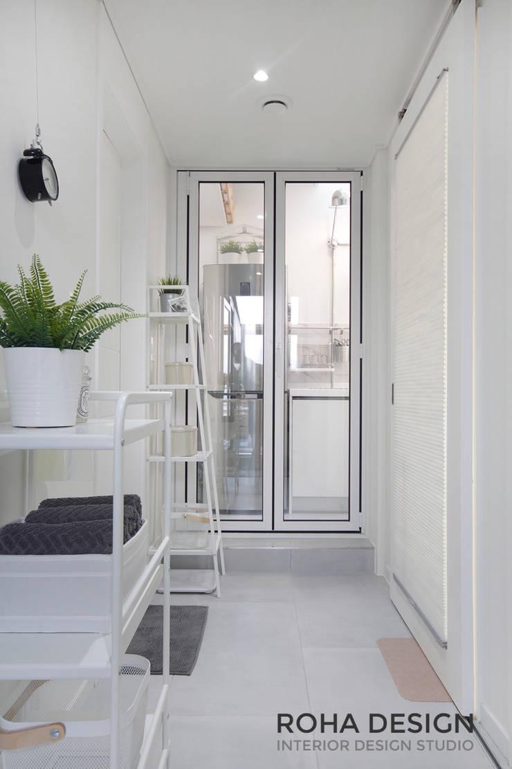 부산 북유럽 스타일 복층 아파트 인테리어: 로하디자인의  복도 & 현관