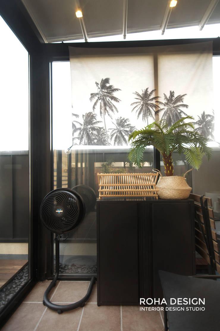 부산 복층 펜트하우스 테라스 인테리어: 로하디자인의  베란다