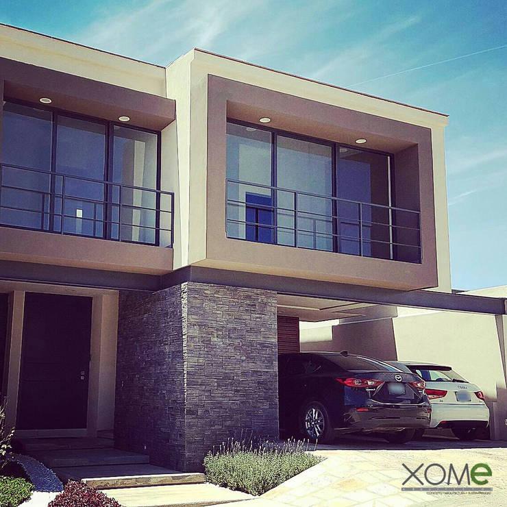 FACHADA PRINCIPAL FRENTE : Casas de estilo  por Xome Arquitectos