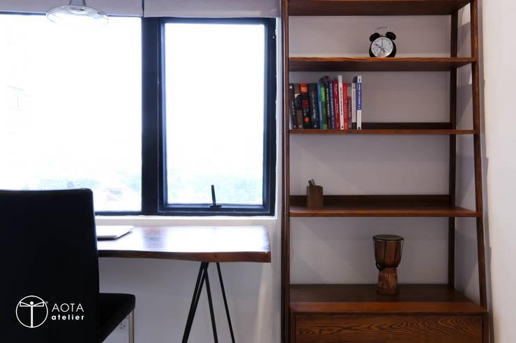 Cải tạo căn hộ tầng 7 Chung cư Ngọc Khánh:  Phòng thay đồ by AOTA atelier