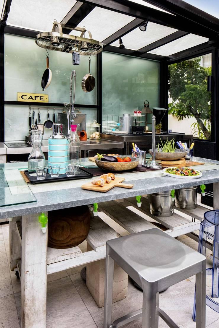 Fairview Park:  Kitchen by Clifton Leung Design Workshop
