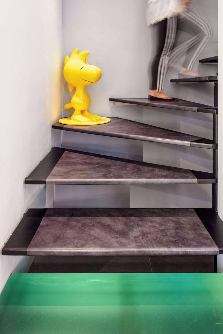 Fairview Park:  Corridor & hallway by Clifton Leung Design Workshop