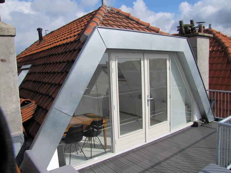 Kleine verbouwing kapverdieping:  Slaapkamer door MOTUS architects, Modern
