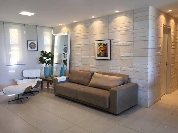 Casa de Praia:  Living room by brunadiogenes.liviafeitosa