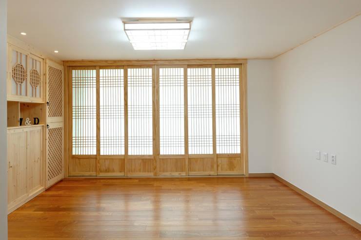 신목동 3단지 한옥스타일 아파트 인테리어: (주)더블유디자인의  거실,모던