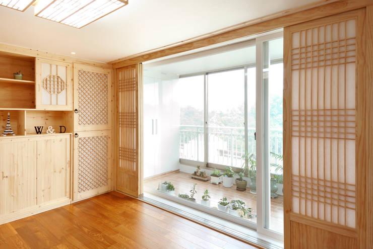 신목동 3단지 한옥스타일 아파트 인테리어: (주)더블유디자인의  베란다,모던