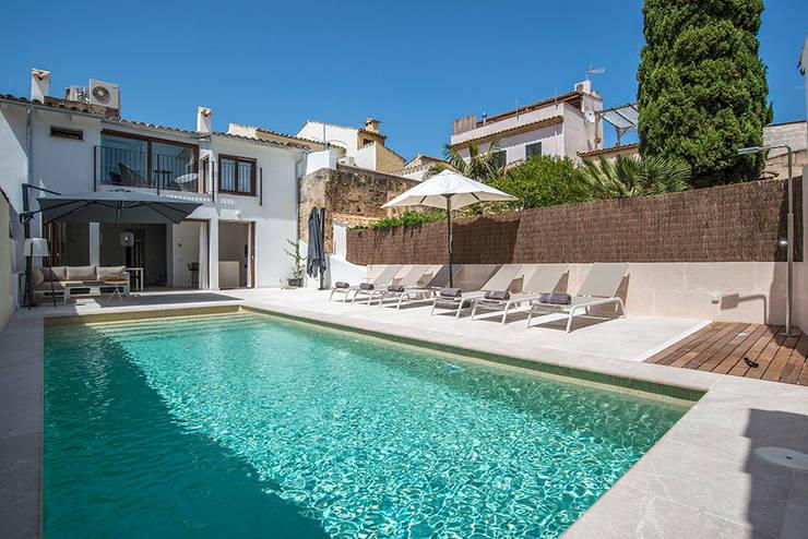 piscina y terraza: Piscinas de estilo  de Bornelo Interior Design