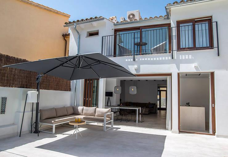 Terraza: Terrazas de estilo  de Bornelo Interior Design
