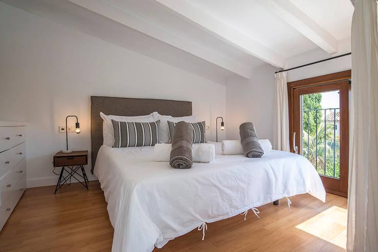 Dormitorio doble : Dormitorios de estilo  de Bornelo Interior Design