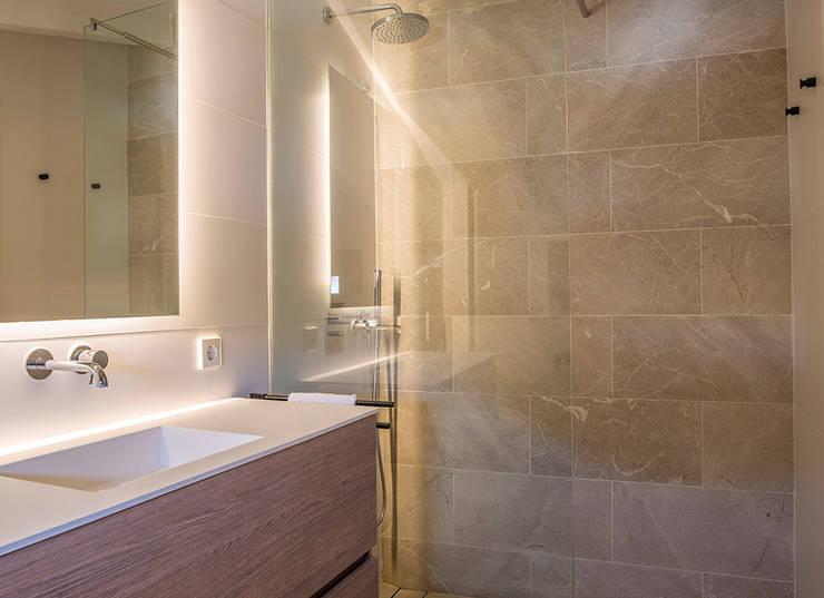 Cuarto de baño ce piedra: Baños de estilo  de Bornelo Interior Design