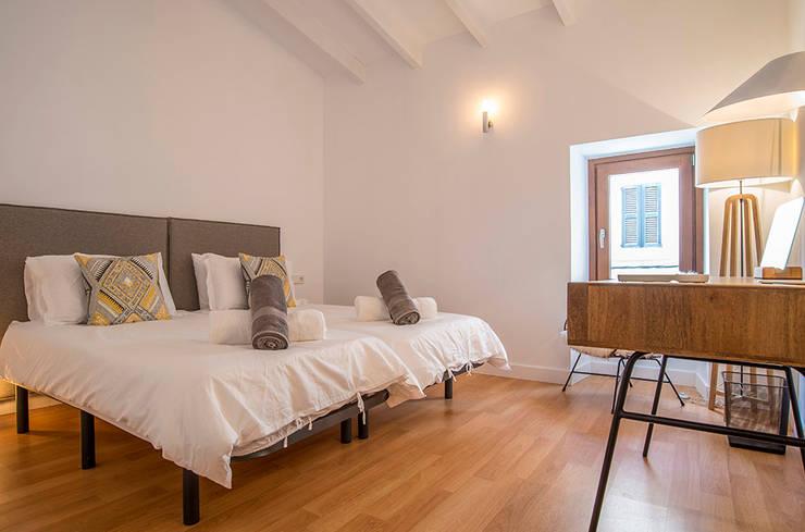 Reforma RV Pollensa: Dormitorios de estilo  de Bornelo Interior Design