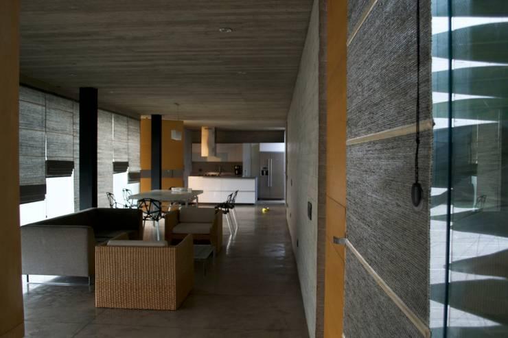 Casa Entre Patios: Estudios y despachos de estilo  por XXStudio