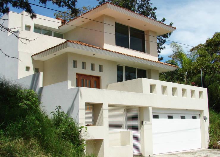 Proyectos....: Casas de estilo moderno por CouturierStudio