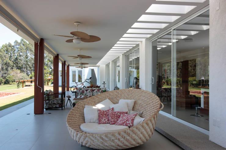 Nowoczesny balkon, taras i weranda od R 7 Mila Ricetti Arquitetos Associados Nowoczesny