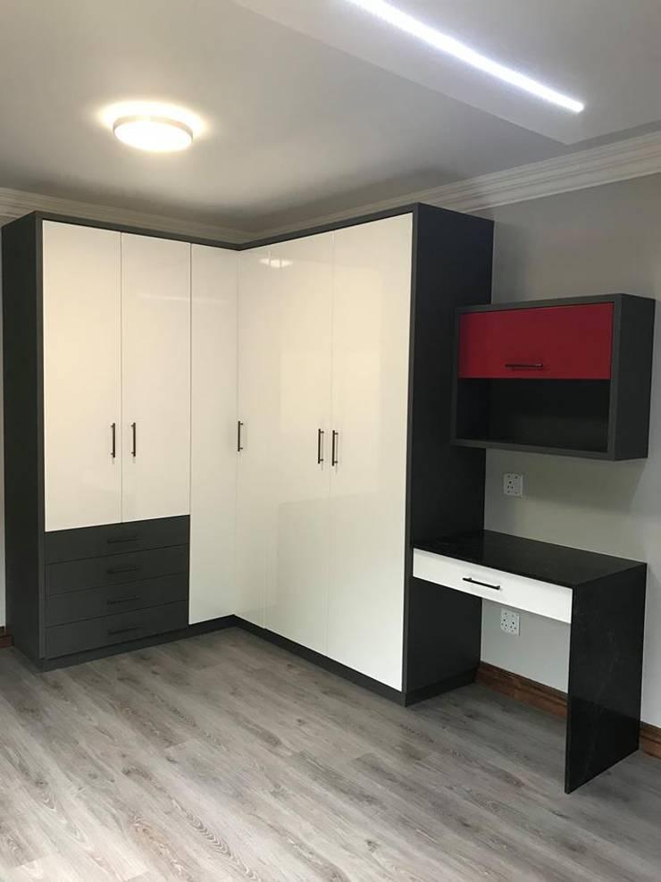 Teenage boys bedroom :  Bedroom by Timid Tyger Kitchen Designs