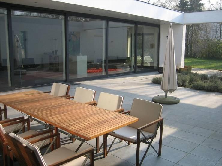 Villa LeVr:  Terras door Verheij Architecten BNA
