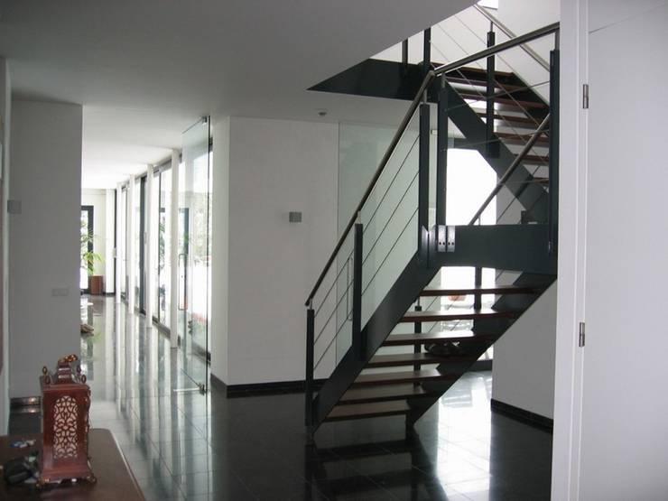 Villa LeVr:  Gang en hal door Verheij Architecten BNA